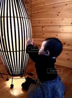 ランプと子供。の写真・画像素材[2884218]
