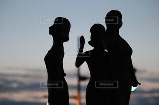 朝焼けの銅像の写真・画像素材[2795850]