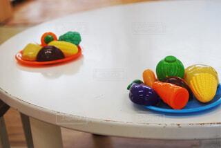 子ども,食べ物,インテリア,屋内,白,カラフル,室内,ミニチュア,テーブル,野菜,皿,床,木製,家具,コーン,おもちゃ,かぼちゃ,食品,ブロッコリー,人参,遊び,一眼レフ,盛り合わせ,しいたけ,食材,茄子,2人分,ままごと,フレッシュ,玩具,ベジタブル,とうもろこし,ごっこ,フェイク,エモい,緑黄色,プラスチック,ちゃぶ台,フェーク