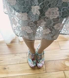 フラワーモチーフで彩られた足もとの写真・画像素材[4280772]