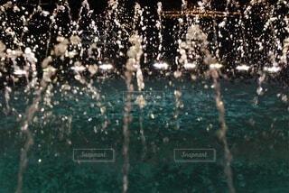 夜に輝き踊る噴水の写真・画像素材[4554279]
