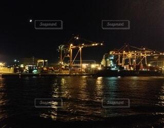 月と埠頭の写真・画像素材[4798577]