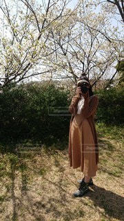 木の前に立っている人の写真・画像素材[2793167]