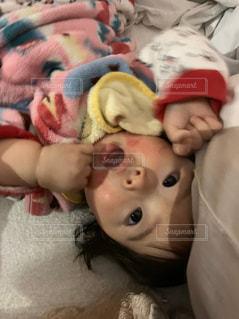 赤ちゃんの小さなこぶしの写真・画像素材[2803304]