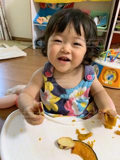 初めての掴み食べの写真・画像素材[2812721]