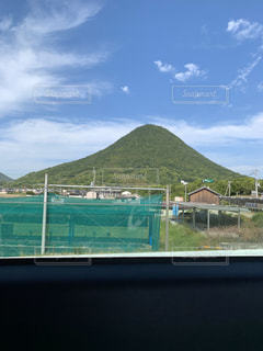 背景に大きな山があるの写真・画像素材[2816015]