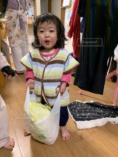 野菜を運ぶ女の子の写真・画像素材[2832409]