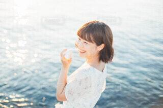 貝殻と笑顔の写真・画像素材[3689852]