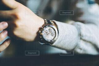光を取り込む時計の写真・画像素材[3798080]