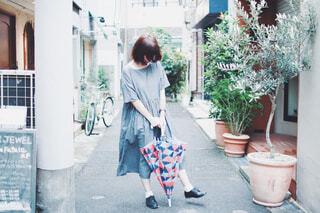 梅雨の散歩道の写真・画像素材[4560714]