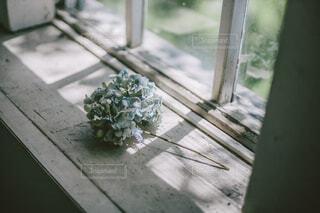 窓辺のドライフラワーの写真・画像素材[4560753]