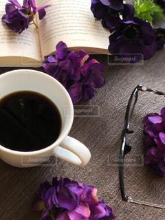 紫色の花とコーヒー1杯の写真・画像素材[2884977]