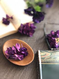 紫色の花で満たされたテーブルの写真・画像素材[2889069]
