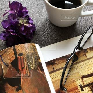 テーブルの上のコーヒー1杯の写真・画像素材[2893054]