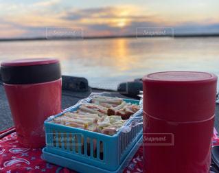 食べ物,空,コーヒー,太陽,赤,晴れ,海辺,水面,光,テーブル,カップ,日の出,ドリンク