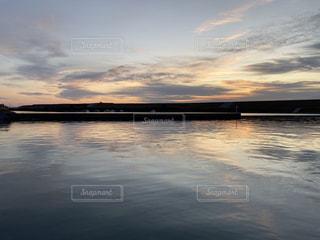 漁港の朝日の写真・画像素材[2861471]