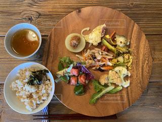 木製のテーブルの上の食べ物の皿の写真・画像素材[2874644]