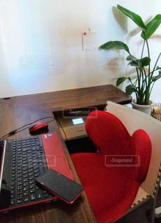 テーブルの上に座っているラップトップコンピュータの写真・画像素材[2881227]