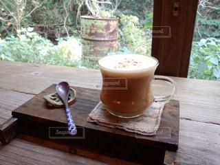 木製のテーブルの上のコーヒーの写真・画像素材[2940628]
