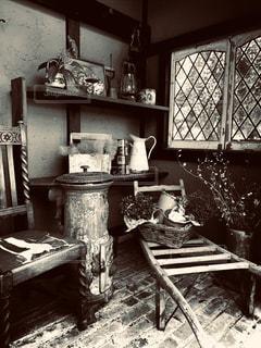 家具と雑貨がいっぱいのノスタルジックな部屋の写真・画像素材[2849184]