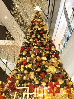 装飾されたクリスマスツリーのクローズアップの写真・画像素材[2849234]