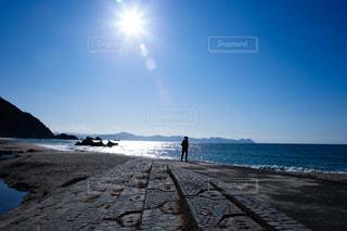 自然,風景,海,空,太陽,ビーチ,晴れ,青空,晴天,青,水面,海岸,景色,日差し,シルエット,光,清々しい,浜辺,光芒,快晴,光条,日中,光彩
