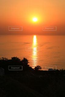 自然,風景,空,夕日,屋外,太陽,晴れ,夕焼け,夕暮れ,水面,オレンジ,光,黄昏,夕陽,海面,日本海,光の道,太陽の道