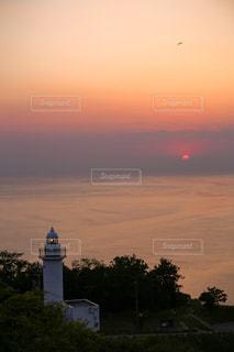 風景,空,夕日,屋外,太陽,雲,夕焼け,夕暮れ,水面,景色,オレンジ,光,灯台,夕陽,日本海,クラウド,越前岬灯台,越前岬