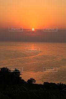 自然,風景,海,空,夕日,太陽,雲,晴れ,夕焼け,夕暮れ,水面,オレンジ,光,夕陽,海面,日本海,クラウド