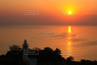 灯台と日本海に沈む夕日の写真・画像素材[2868892]