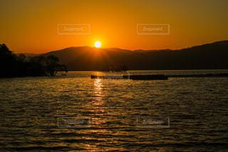 自然,風景,空,夕日,屋外,湖,太陽,晴れ,夕焼け,夕暮れ,オレンジ,光,夕陽,光芒,琵琶湖,光条,光の道,太陽の道