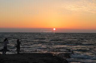 2人,自然,海,空,夕日,太陽,夕焼け,夕暮れ,水面,海岸,景色,シルエット,オレンジ,光,人,夕陽,野間埼灯台