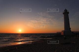 風景,海,空,夕日,屋外,太陽,ビーチ,夕焼け,夕暮れ,水面,オレンジ,光,灯台,夕陽,クラウド,野間埼灯台