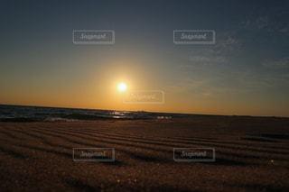 砂紋が美しい砂浜と夕日の写真・画像素材[2868915]