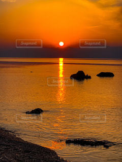 自然,風景,空,夕日,屋外,湖,太陽,晴れ,夕焼け,夕暮れ,水面,オレンジ,光,夕陽,サンセット,琵琶湖,サンロード,黄昏れ,光の道,ドラマティック,太陽の道