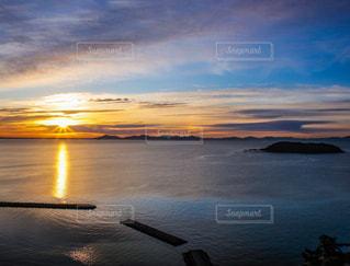 自然,風景,海,空,屋外,太陽,朝日,雲,青空,青,水面,景色,オレンジ,光,美しい,朝焼け,朝,日の出,朝陽,光芒,サンロード,光条,光の道,光彩,サンライズ,クラウド,三河湾,太陽の道