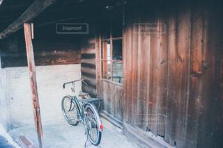 古い自転車と古民家の写真・画像素材[2894447]