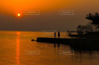 夕日と恋人のシルエットの写真・画像素材[2898141]