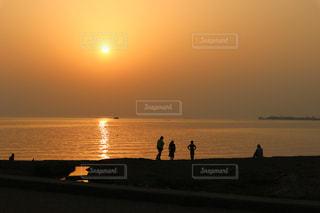 夕日を見る家族のシルエットの写真・画像素材[2898142]