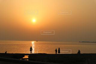 夕日を見に来た人々のシルエットの写真・画像素材[2898138]