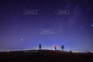 星空を撮影する人たちの写真・画像素材[3586736]