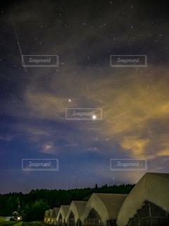 ペルセウス座流星群と星たちの写真・画像素材[3586828]