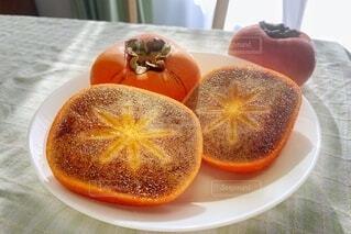 切ったら黒い柿の写真・画像素材[3874456]