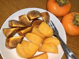 食べやすくカットした柿の写真・画像素材[3874455]