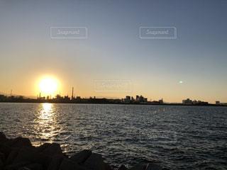 自然,風景,海,空,夕日,太陽,晴れ,夕暮れ,水面,海岸,光,旅行,釣り,海釣り,帰省,工場地帯,沈む前