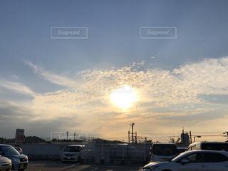 空,屋外,太陽,雲,晴れ,夕焼け,車,駐車場,光,車両,買い物中,ウロコ雲