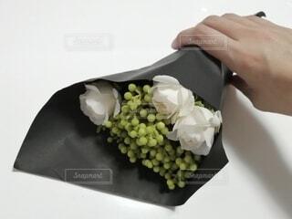 白いバラの花束の写真・画像素材[3727589]