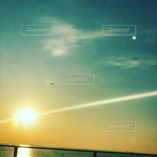 男性,友だち,1人,2人,自然,空,夜空,屋外,太陽,夕暮れ,虹,光,月,日の出,日中