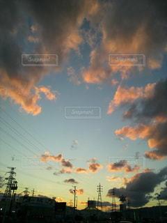 空,街並み,屋外,太陽,雲,夕焼け,夕暮れ,光,陽が沈む,陽