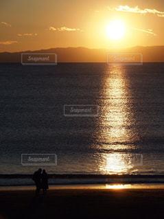 恋人,2人,風景,海,空,カップル,太陽,ビーチ,夕焼け,夕暮れ,水面,シルエット,光